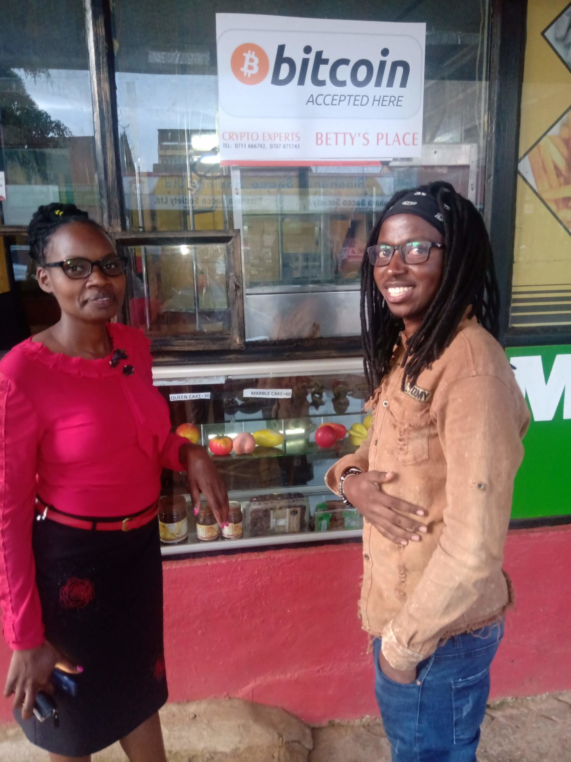 Betty Wanjiru e Steven Nsoh davanti a Betty's Place