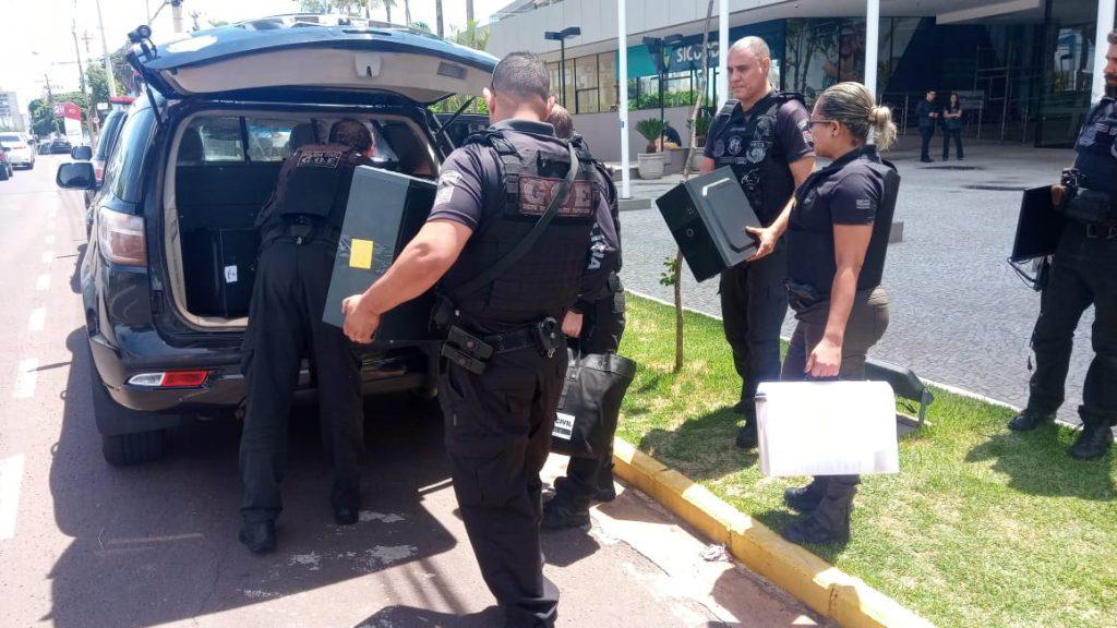 """Já em Birigui os policiais cumpriram mandados na casa do proprietário e dos pais dele, além da casa de uma sócia que a polícia apura se ela seria """"laranja"""" do esquema investigado."""